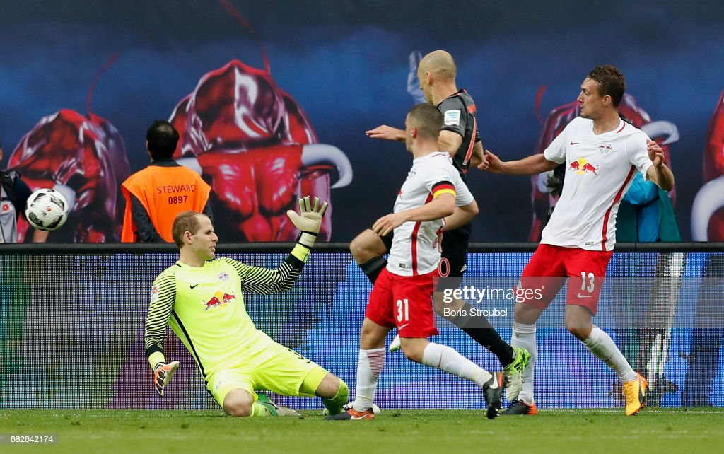 Arjen Robben of FC Bayern Muenchen scores the winning goal against goalkeeper Peter Gulacsi of RB Leipzig during the Bundesliga match between RB Leipzig and Bayern Muenchen at Red Bull Arena on May 13, 2017 in Leipzig, Germany.
