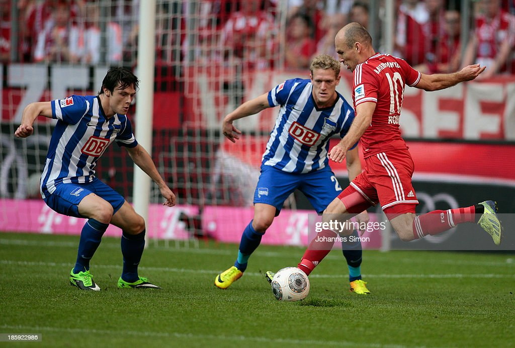 <a gi-track='captionPersonalityLinkClicked' href=/galleries/search?phrase=Arjen+Robben&family=editorial&specificpeople=194740 ng-click='$event.stopPropagation()'>Arjen Robben</a> (R) of Muenchen battles for the ball with <a gi-track='captionPersonalityLinkClicked' href=/galleries/search?phrase=Nico+Schulz&family=editorial&specificpeople=5385067 ng-click='$event.stopPropagation()'>Nico Schulz</a> (L) and Johannes van Bergh of Berlin during the Bundesliga match between FC Bayern Muenchen and Hertha BSC Berlin at Allianz Arena at Allianz Arena on October 26, 2013 in Munich, Germany.