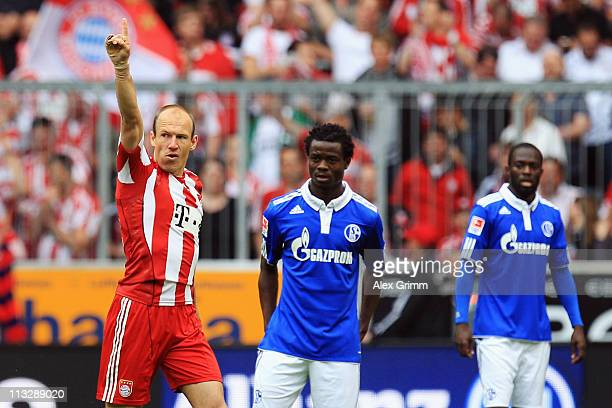 Arjen Robben of Muenchen celebrates his team's first goal as Anthony Annan and Hans Sarpei of Schalke react during the Bundesliga match between FC...