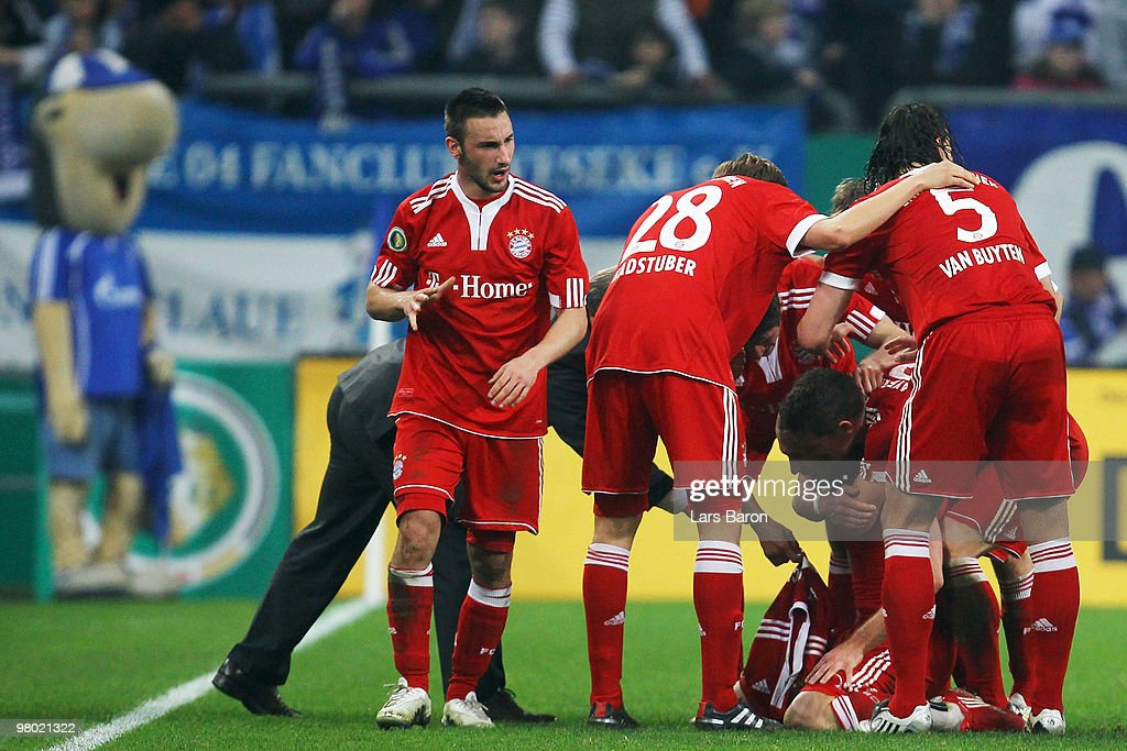 <a gi-track='captionPersonalityLinkClicked' href=/galleries/search?phrase=Arjen+Robben&family=editorial&specificpeople=194740 ng-click='$event.stopPropagation()'>Arjen Robben</a> of Muenchen celebrates with team mates after scoring the first goal during the DFB Cup semi final match between FC Schalke 04 and FC Bayern Muenchen at Veltins Arena on March 24, 2010 in Gelsenkirchen, Germany.