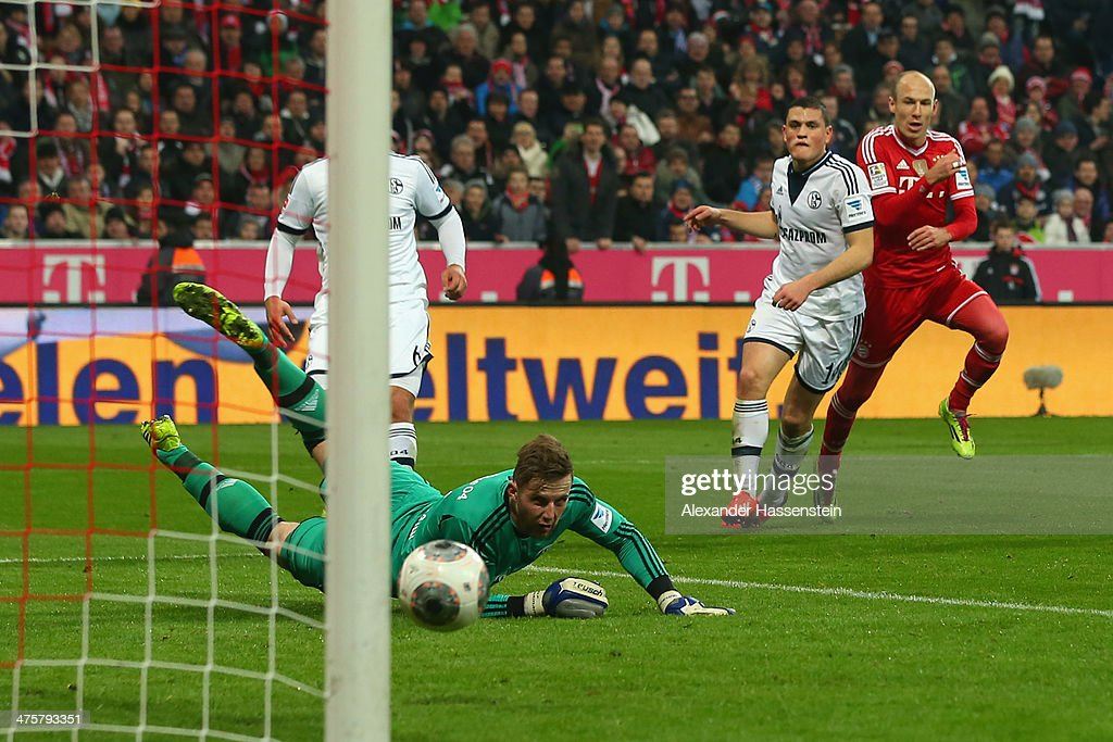 <a gi-track='captionPersonalityLinkClicked' href=/galleries/search?phrase=Arjen+Robben&family=editorial&specificpeople=194740 ng-click='$event.stopPropagation()'>Arjen Robben</a> (R) of Muenchen scores the 4th team goal against <a gi-track='captionPersonalityLinkClicked' href=/galleries/search?phrase=Kyriakos+Papadopoulos&family=editorial&specificpeople=5446261 ng-click='$event.stopPropagation()'>Kyriakos Papadopoulos</a> (C) of Schalke and his keeper <a gi-track='captionPersonalityLinkClicked' href=/galleries/search?phrase=Ralf+Faehrmann&family=editorial&specificpeople=808591 ng-click='$event.stopPropagation()'>Ralf Faehrmann</a> during the Bundesliga match between FC Bayern Muenchen and FC Schalke 04 at Allianz Arena on March 1, 2014 in Munich, Germany.