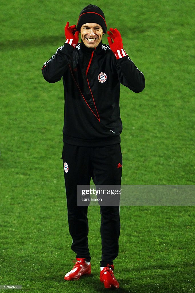 <a gi-track='captionPersonalityLinkClicked' href=/galleries/search?phrase=Arjen+Robben&family=editorial&specificpeople=194740 ng-click='$event.stopPropagation()'>Arjen Robben</a> smiles during a Bayern Muenchen training session at Artemio Franchi Stadium on March 8, 2010 in Florence, Italy. Muenchen will face FAC Fiorentina in their UEFA Champions League round of sixteen second leg match on March 9, 2010 in Florence.