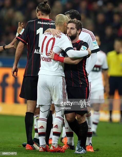 Arjen Robben wird gefoult und Marc Stendera umarmt ihn Fussball Bundesliga Eintracht Frankfurt FC Bayern München
