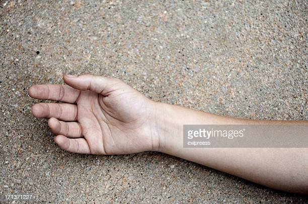 Arm auf Asphalt