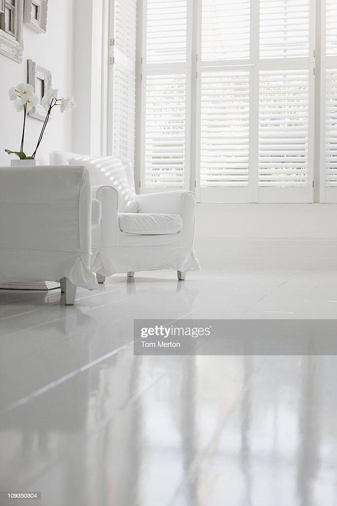 Poltrona in elegante salotto bianco foto stock getty images for Salotto elegante