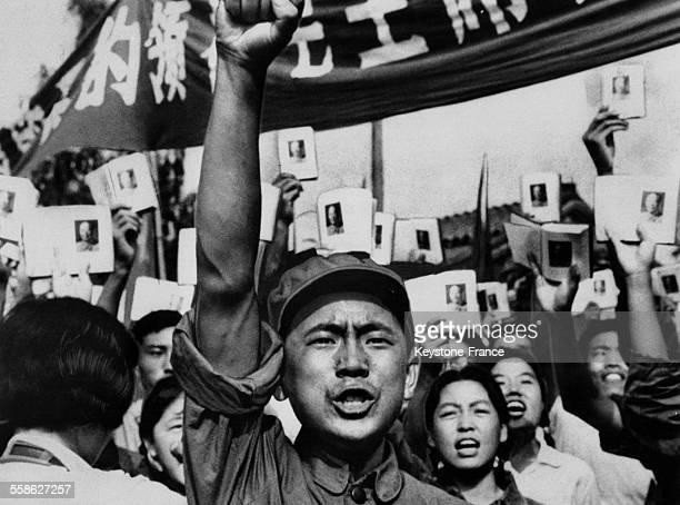 Armée de la Libération populaire entrant dans la capitale après la défaite du Kuomintang de Tchang Kaïchek sous l'acclamation de la foule à Pekin...