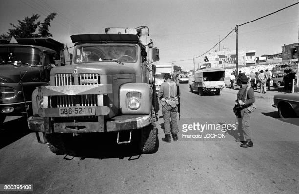 L'armée israélienne effectue des contrôles dans une rue à l'entrée de Bethléem en novembre 1978 en Israël