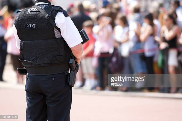 Armed Police Officer vor dem Buckingham Palace
