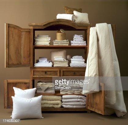 schrank mit bettw sche stock foto getty images. Black Bedroom Furniture Sets. Home Design Ideas