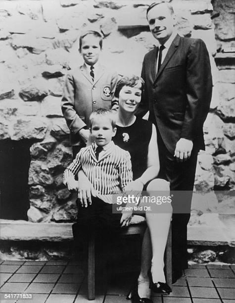 Armstrong Neil Alden *Astronaut Pilot USA im Kreis seiner Familie mit Ehefrau Janetund den Soehnen Eric und Mark 1968