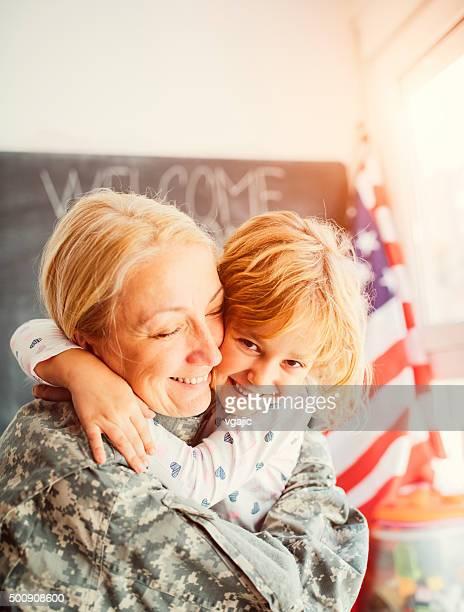 Ejército reunites madre con la niña en su hogar.