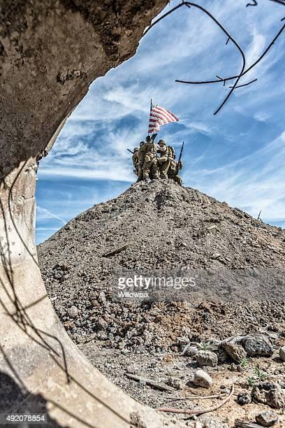 Régiment militaire américaine de la Seconde Guerre mondiale en hommage au sommet de la colline avec drapeau américain
