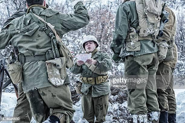 NACH DEM ZWEITEN WELTKRIEG UNS Armee Feldwebel mit Victory-Mail schreiben von zu Hause