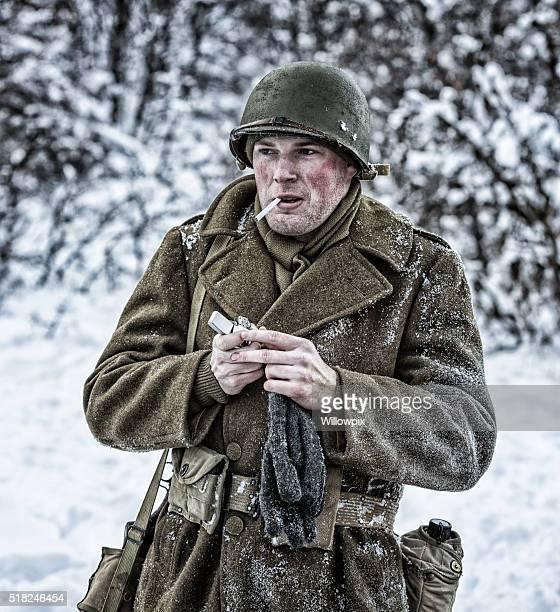 SEGUNDA GUERRA MUNDIAL NOS Ejército Soldado iluminación de cigarrillos en la nieve de invierno
