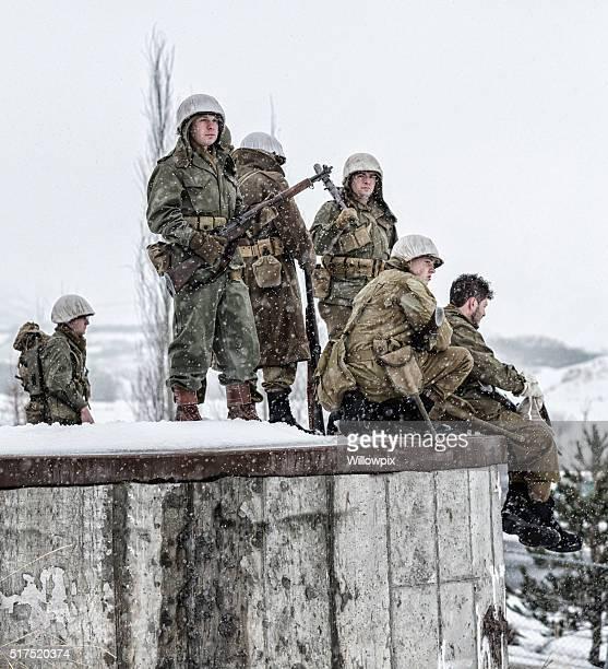 Soldats de l'armée américaine de la Seconde Guerre mondiale, régiment bordant béton Bunker