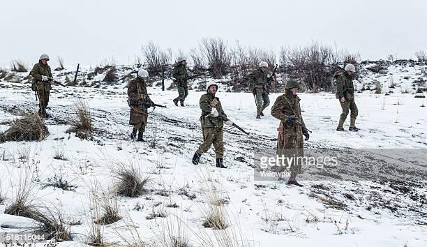 Soldats de l'armée américaine de la Seconde Guerre mondiale, marche en hiver boueux chemin de terre
