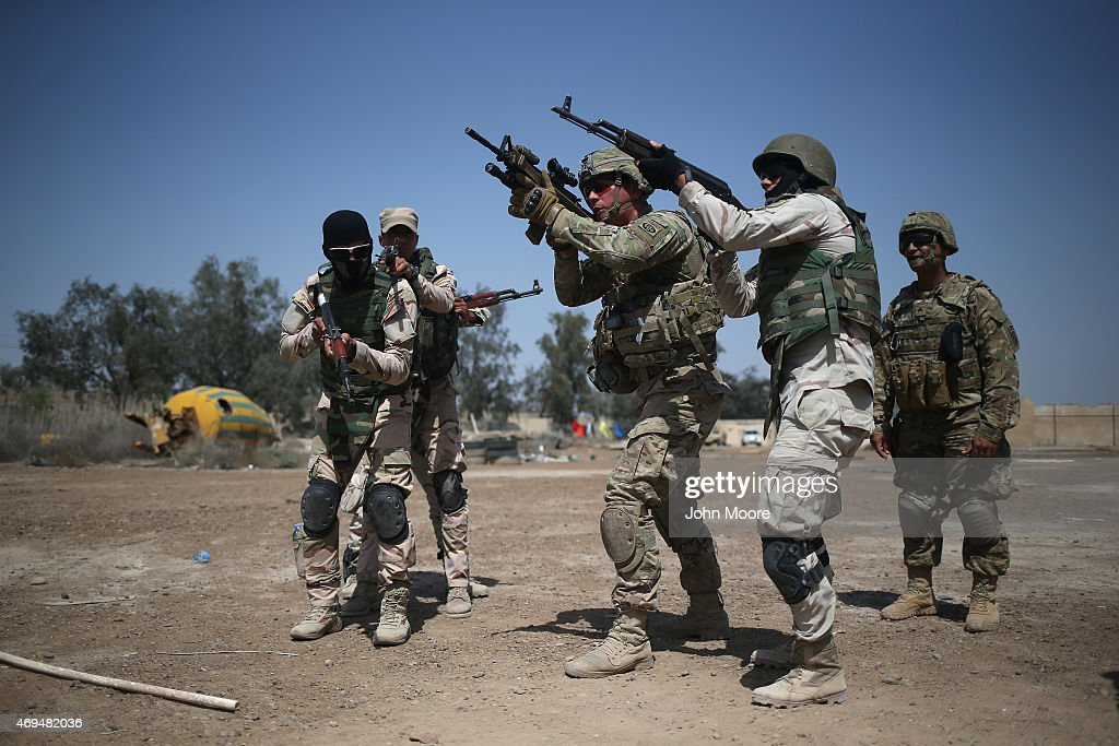 S Army trainers instruct Iraqi Army recruits at a military base on April 12 2015 in Taji Iraq Members of the US Army's 573 CAV 3BCT 82nd Airborne...