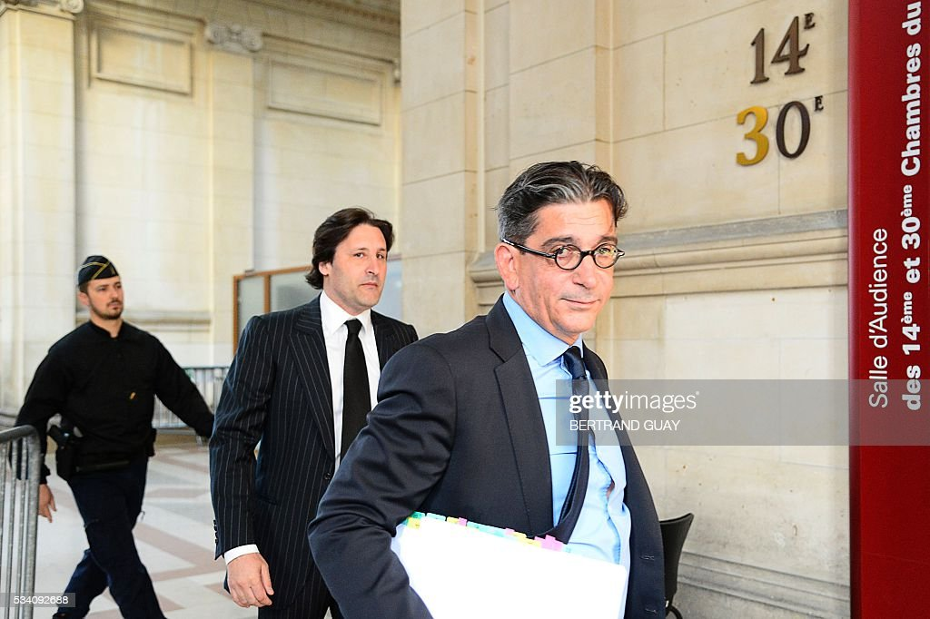 Arnaud Mimran (C) arrives flanked by his lawyer Jean-Marc Fedida (R), at the Paris courthouse, on May 25, 2016, to attend his trial in the case of the value-added tax (VAT) fraud on carbon tax amounting to 238 million euros. / AFP / BERTRAND