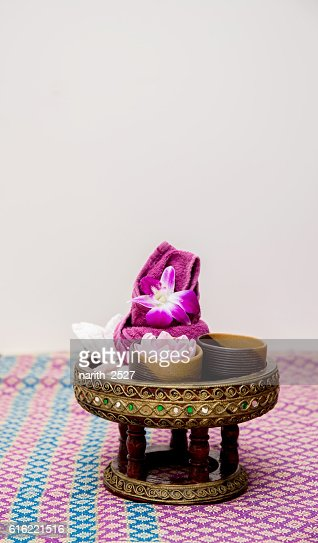 Aroma oil, facial cream, powder, towel on table : Stockfoto
