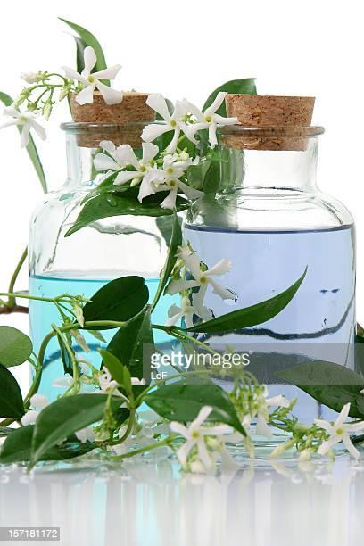 Aromatherapie-Produkte von Flaschen mit Kork und Blätter