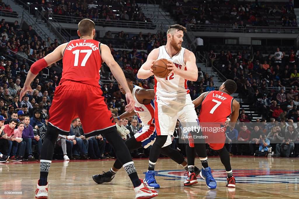 <a gi-track='captionPersonalityLinkClicked' href=/galleries/search?phrase=Aron+Baynes&family=editorial&specificpeople=2095512 ng-click='$event.stopPropagation()'>Aron Baynes</a> #12 of the Detroit Pistons handles the ball against Jonas Valanciunas #17 of the Toronto Raptors on February 8, 2016 at The Palace of Auburn Hills in Auburn Hills, Michigan.
