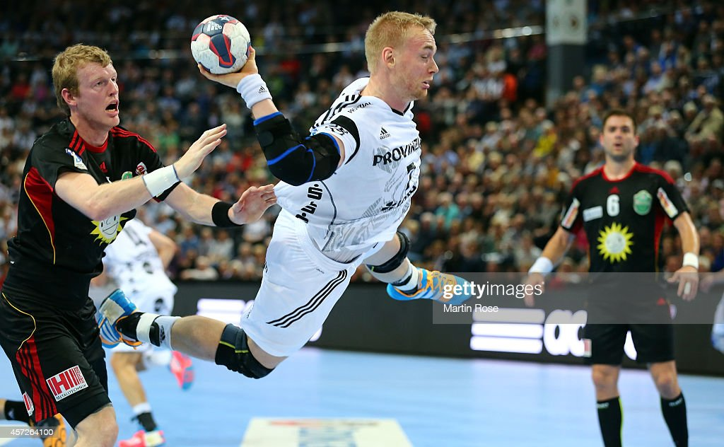 <a gi-track='captionPersonalityLinkClicked' href=/galleries/search?phrase=Aron+Palmarsson&family=editorial&specificpeople=5766529 ng-click='$event.stopPropagation()'>Aron Palmarsson</a> (C) of Kiel challenges for the ball with Tim Remer of TuS N-Luebbecke during the DKB HBL Bundesliga match between THW Kiel and TuS N-Luebbecke at Sparkassen Arena on October 15, 2014 in Kiel, Germany.