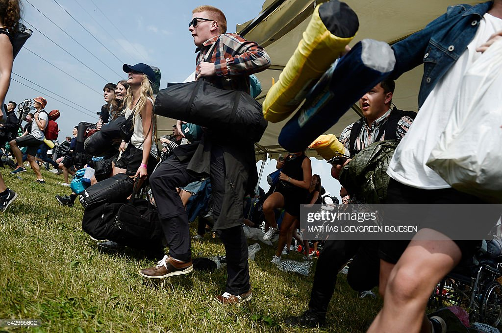 Around 10,000 revellers rush in to get their tents set up at the eastern gate at the camping site of the Roskilde Festival on June 25, 2016 / AFP / Scanpix / Mathias Loevgreen Bojesen / Denmark OUT