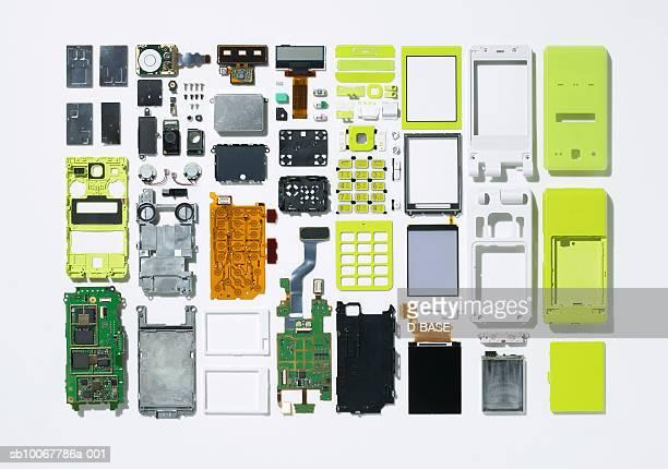 Arrangement of parts that constitute cell phone