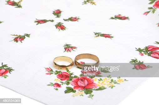 Arrangement with wedding rings : Bildbanksbilder