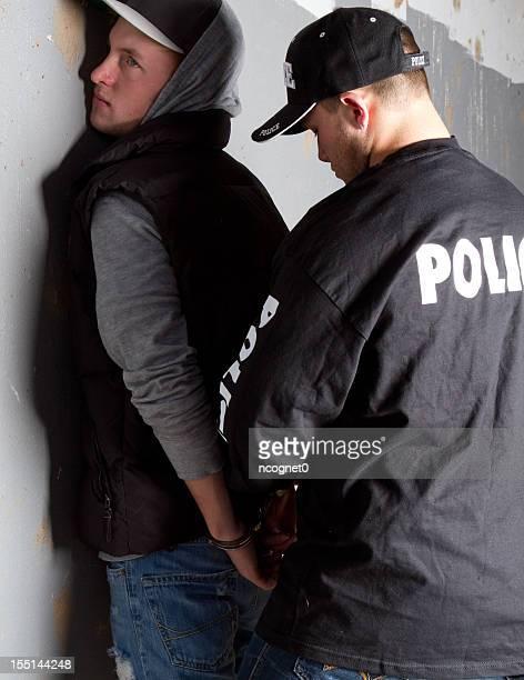 逮捕された