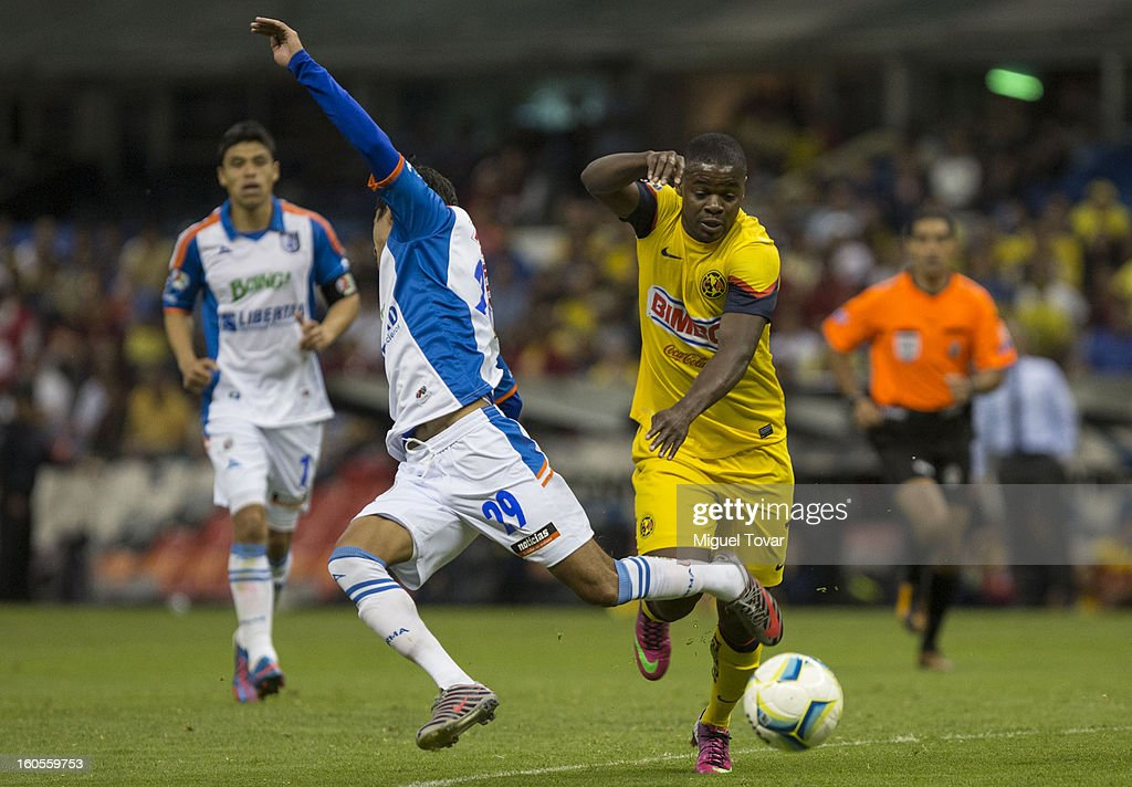 Arrington Mina of America fights for the ball with Julio Nava of Queretaro during a Clausura 2013 Liga MX match at Azteca Stadium on February 02, 2013 in Mexico City, Mexico.