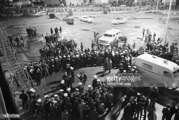 Arrival At The Harbour Of Piraeus Of The Survivors Of The Sinking Of The Greek Ferry 'Heraklion' En Grèce à Athènes le 9 décembre 1966 Les rescapés...