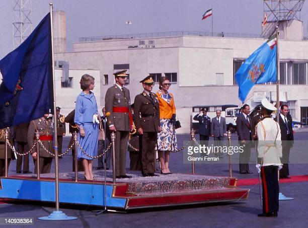 Arrival of the Spanish Kings to Teheran for an official visit the Spanish Queen Sofia the Spanish King Juan Carlos the Shah Reza Pahlavi and Farah...