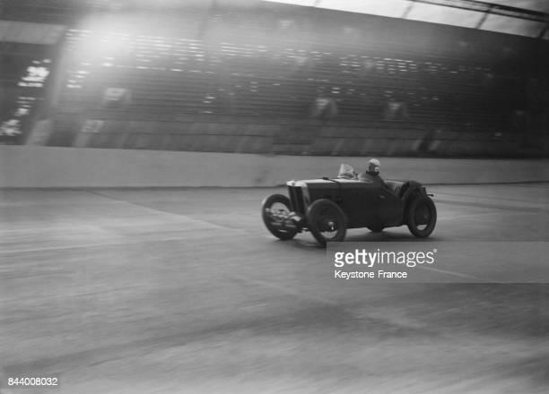 L'arrivée de la voiture pilotée par George Eyston Denly et Wisdon lors du dernier tour pour établir le nouveau record du monde des 24 heures sur...