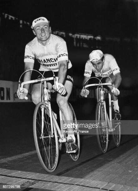 Arrivée de l'équipe française André Darrigade et Jacques Anquetil lors du Trophée Baracchi au vélodrome Vigorelli à Milan Italie le 4 novembre 1957