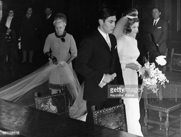 Arrivée d'Eddy Merckx et de sa jeune épouse Claudie Acou à la mairie d'Anderlecht Belgique le 6 décembre 1967