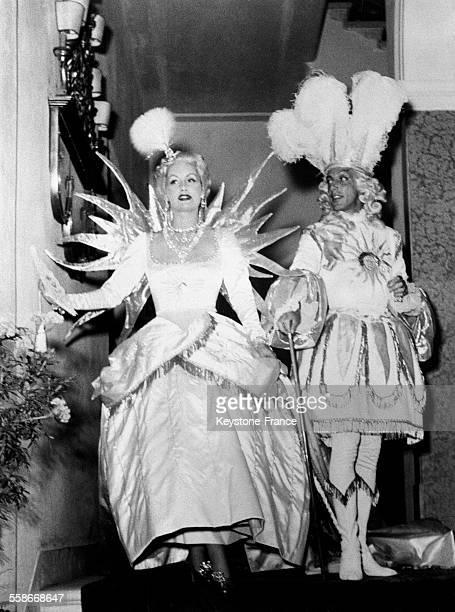 Arrivée du couturier Jacques Fath et de sa femme au bal masqué organisé par Charles de Bestegui et appelé le 'Bal du siècle' au palais Labia à Venise...