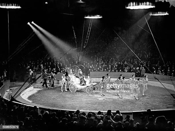 Arrivée du Père Noël en ouverture d'une représentation du cirque Olympia à Londres RoyaumeUni le 21 décembre 1933
