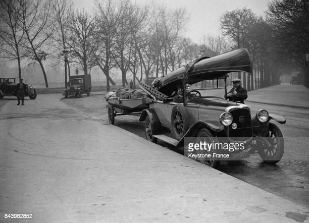 Arrivée d'un canoe canadien sur le toit d'une voiture au Salon Nautique cours Albert Ier le 15 novembre 1932 à Paris France