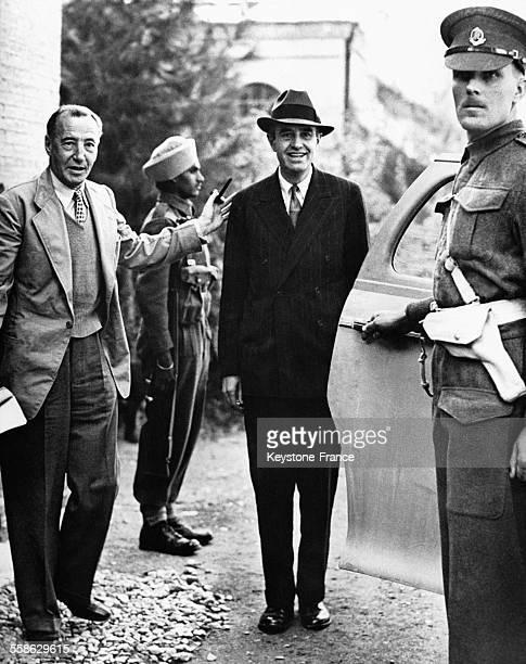 Arrivée à la Légation britannique de l'ambassadeur américain à Moscou Averell Harrimann souriant accueilli par Archibald Clark Kerr l'ambassadeur...