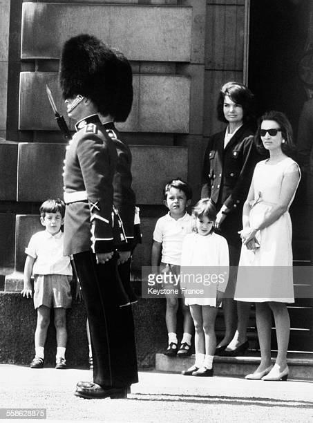 Arrivee a Londres avec sa famille pour assister a l'inauguration par la Reine Elizabeth d'un Memorial a la memoire de son mari Jacqueline Kennedy...
