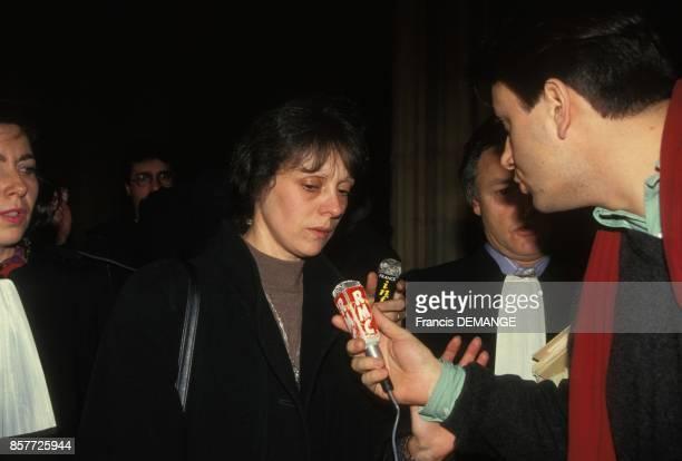 Arrivee de Christine Villemin au milieu des journalistes pour sa comparution lors du proces de son epoux JeanMarie Villemin pour le meurtre de...