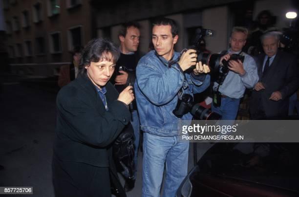 Arrivee de Christine Villemin au milieu des photographes a la prison la veille de l'ouverture du proces de son epoux JeanMarie Villemin le 2 novembre...