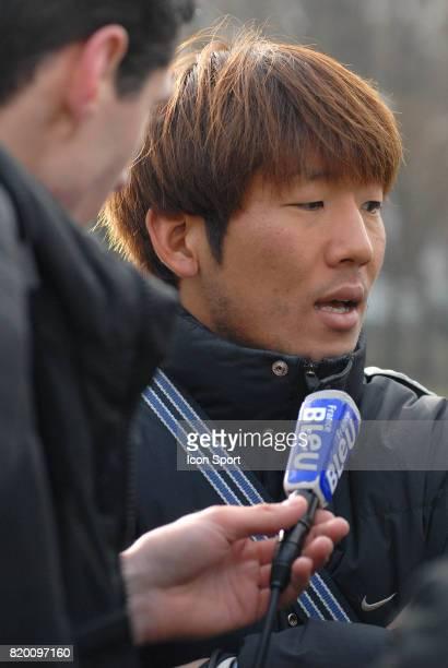 Arrivee de Masashi OGURO a Grenoble acceuillit par des journalistess Conference de presse au GF 38