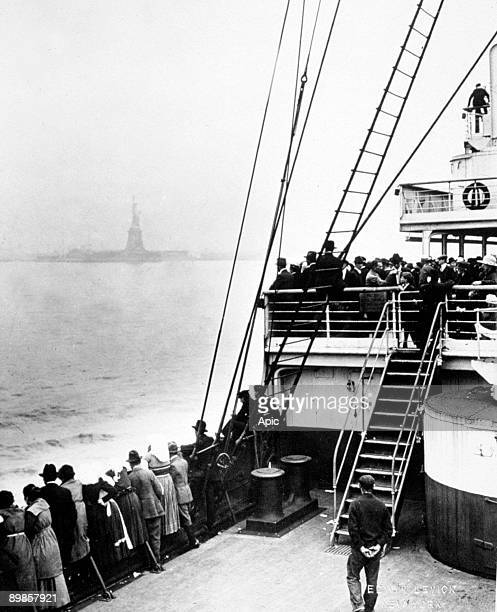 Arriving of immigrants in Ellis Island New York photo by Edwin Levick c 1905