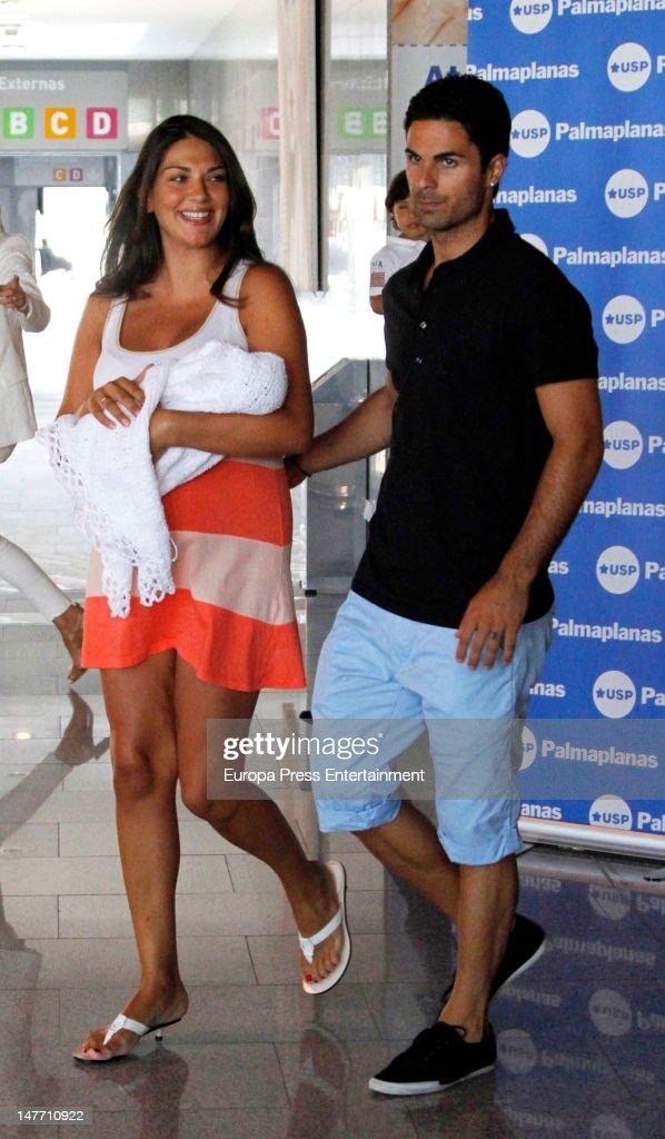 ¿Cuánto mide Lorena Bernal? - Altura Arsenal-footballplayer-mikel-arteta-and-model-lorena-bernal-present-picture-id147710922