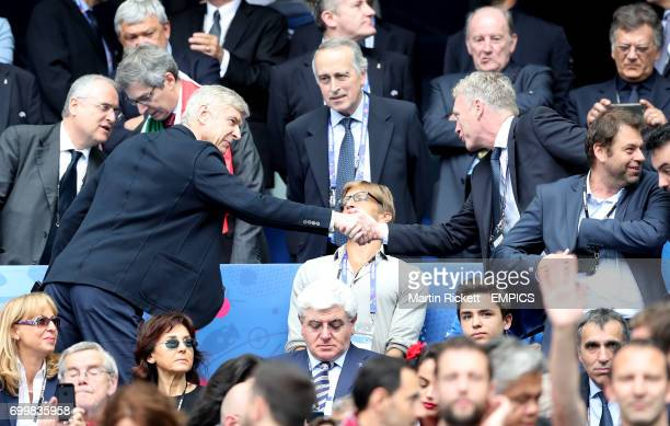 Arsenal manager Arsene Wenger and David Moyes shake hands in the stands