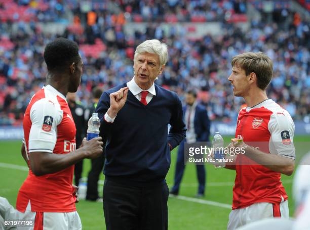 Arsenal manager Arsene Wenger talks to Danny Welbeck and Nacho Monreal before extra time during the Emirates FA Cup SemiFinal match between Arsenal...