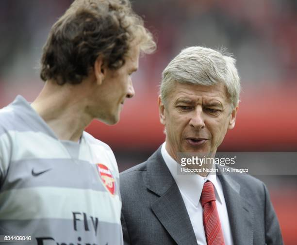 Arsenal manager Arsene Wenger talks with goalkeeper Jens Lehmann during the lap of honour