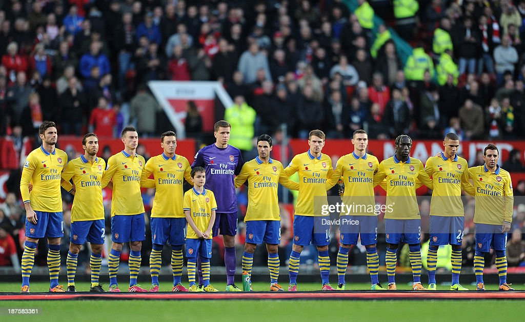 Hilo del Arsenal Arsenal-players-during-the-minutes-silence-before-the-match-united-picture-id187583361